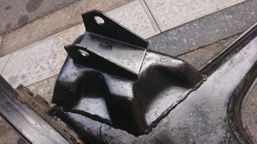 マセラティスパイダーザガート後期型。ロワアームのサスペンション取付基部溶接痕拡大写真