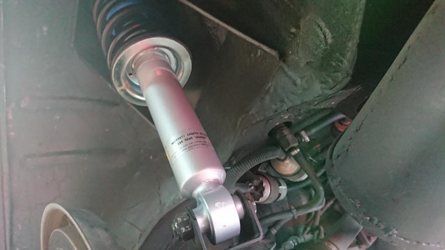 マセラティスパイダーザガート後期型。新しいリアサスペンションを仮留めし、貫通ボルトを入れてナット締結した状態。