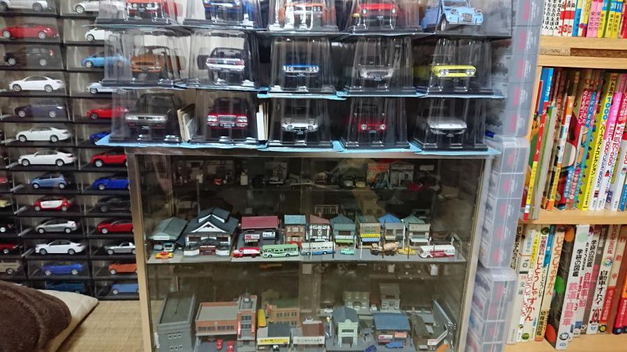 ミニカーと鉄道模型が並ぶ、壮観な棚