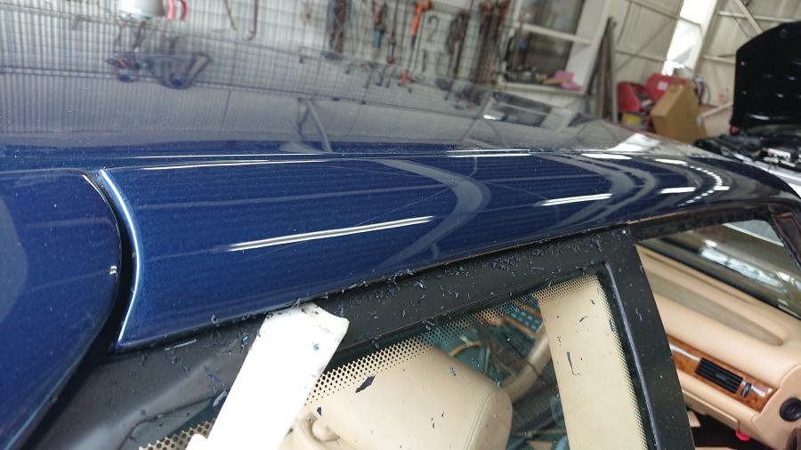 マセラティギブリⅡのクォーターウインドー上部シリコンシーラー除去作業