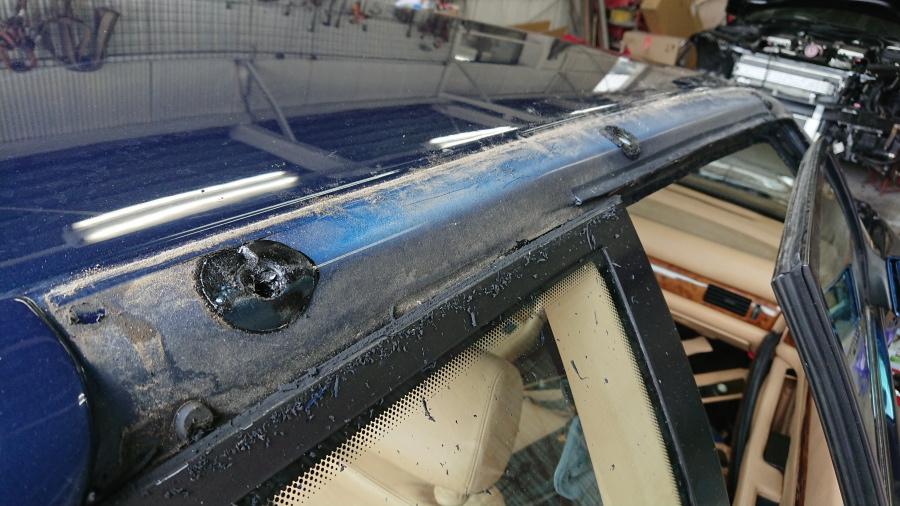マセラティギブリⅡのクォーターウインドー上部シリコンシーラー除去作業後