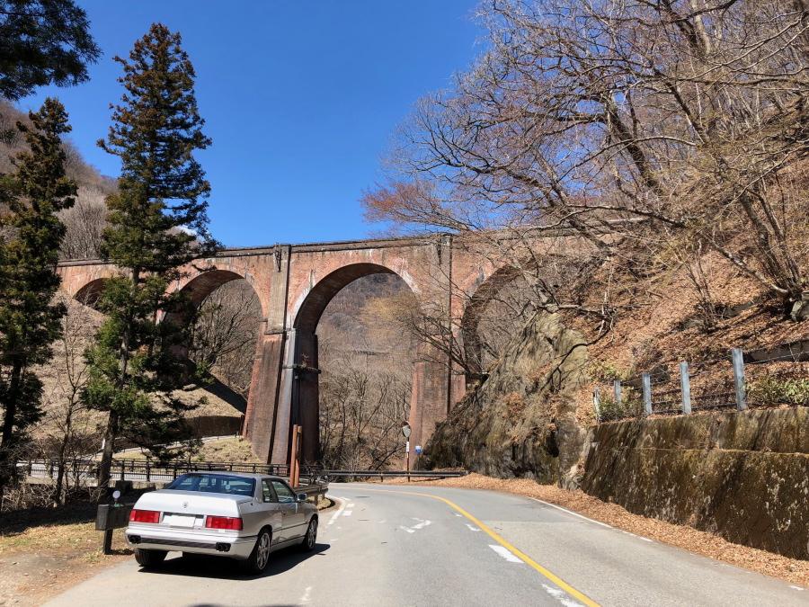マセラティギブリⅡ最終型GTがどっかの橋のたもとに