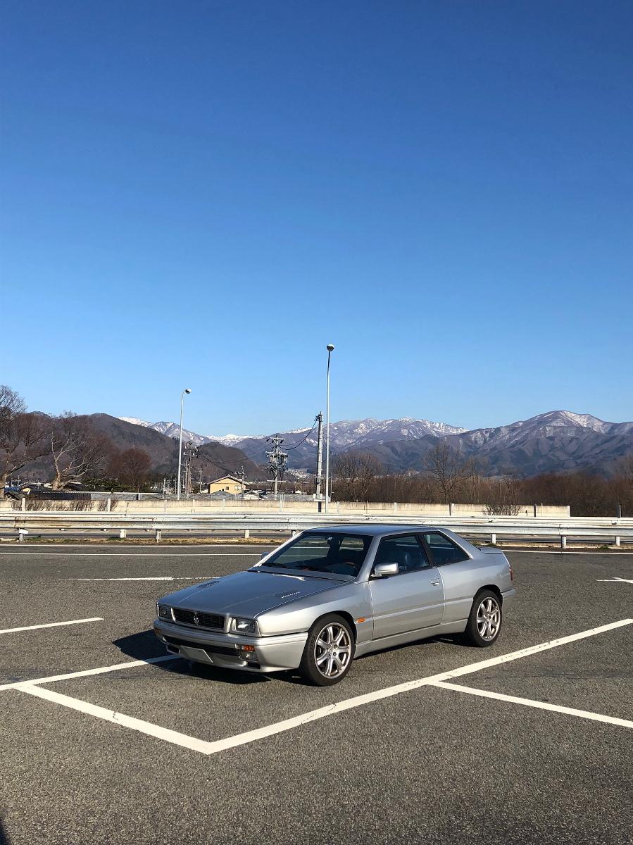 マセラティギブリⅡ最終型GTが佇むサービスエリア内